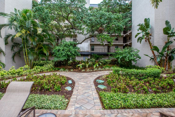 Courtyard Landscaping in Downtown St. Petersburg, FL Apartment Complex